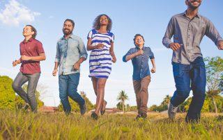 un gruppo di uomini e donne cammina felice