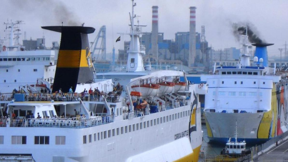 immagine di navi nel porto di livorno che rilasciano emissioni di Co2