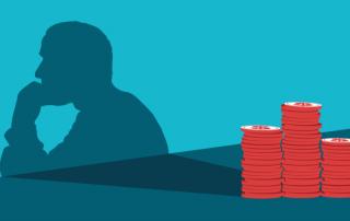 una pila di monete si riflette in ombra con la figura di un uomo perplesso